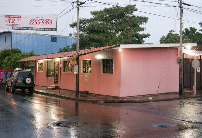 Esta es la casa de la familia Rivas-Pantoja, en el barrio Larreynaga, Managua. Antes del siniestro de llamas tenía un segundo piso donde dormían los tres hijos de la pareja.