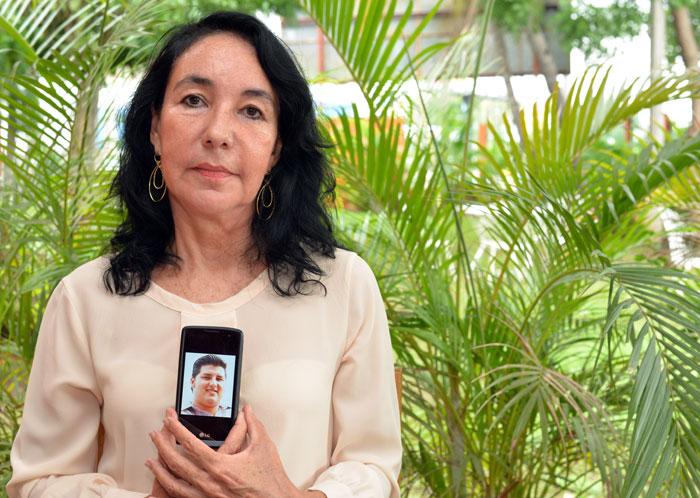 Alba Mara Baldovinos muestra una fotografía de su hijo fallecido en un accidente automovilístico en agosto de 2008. LA PRENSA/Óscar Navarrete.