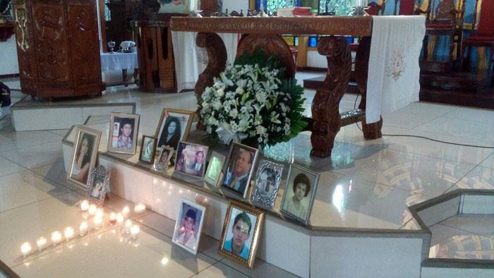 El grupo Pude organiza misas en honor a los hijos fallecidos de sus miembros. Aquí pueden verse los retratos que los dolientes disponen junto a candelas en forma de cruz. Alba Mara Balvinos asegura que sienten la presencia de sus seres queridos. LA PRENSA/Cortesía.