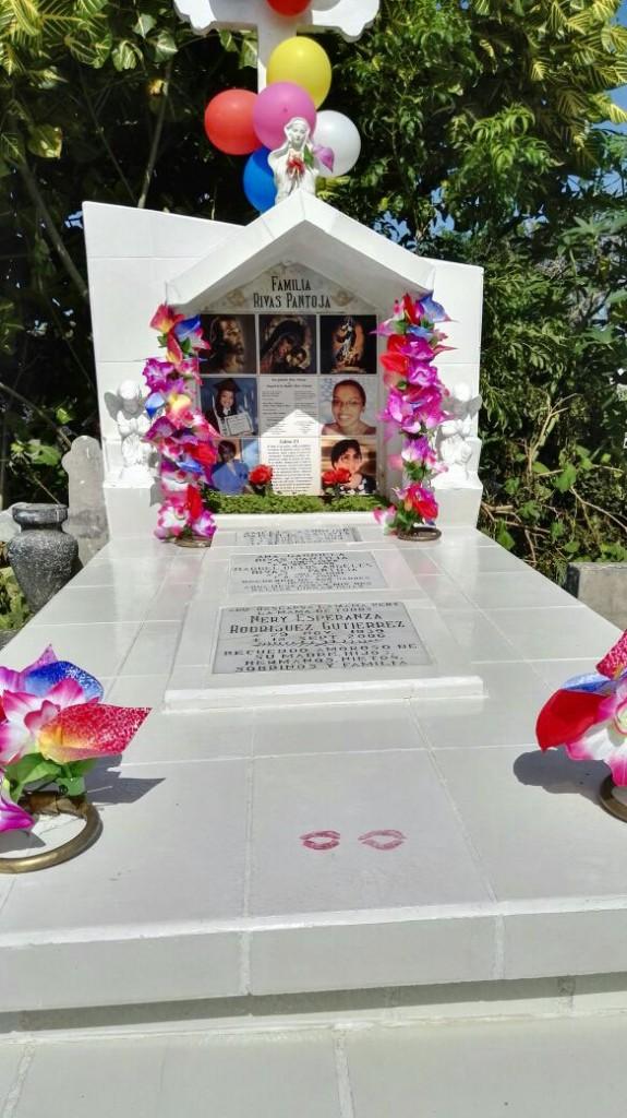Tumba de Ana Gabriel y Raquel Rivas Pantoja, en el cementerio General de Managua. Su madre suele dejar dos besos cuando la visita. LA PRENSA/Cortesía.