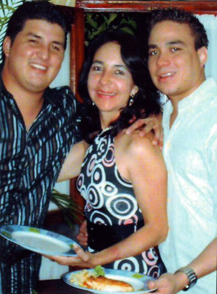 Alba Mara Baldovinos junto a sus dos hijos. Félix Lenín (izquiera) y Ernesto Lenín (derecha). LA PRENSA/Cortesía.