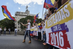 Lilian Tintori(C), wife of Venezuelan jailed opposition leader Leopoldo Lopez, leads a demonstration in Caracas on October 22, 2016. A group of women, led by Lilian Tintori, wife of imprisoned opposition Leopoldo Lopez, march in Caracas to protest the suspension of the recall referendum against President Nicolas Maduro as the opposition considered a breach of constitutional order. / AFP PHOTO / JUAN BARRETO