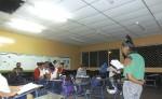 Con el cielorraso destruido y en el mejor de los casos, con dos lámparas encendidas, reciben clases los de la nocturna en el instituto Guillermo Cano. LA PRENSA/ ROBERTO MORA