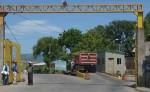 Vigilantes privados que se mantienen en el acceso principal del relleno sanitario  de La Chureca cerraron los portones para evitar que se realizan fotos del sitio desde afuera. LAPRENSA/J.FLORES