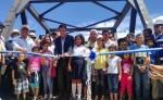 Momento en que embajador de Japón en Nicaragua, Yasushi Ando, inaugura puente Paso Real al cortar la cinta. LA PRENSA/ R. MONCADA