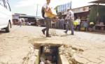 Los extremos de la canaleta que está en la entrada del mercado municipal de Diriamba están destapados desde hace tres meses. LA PRENSA/MYNOR GARCÍA.