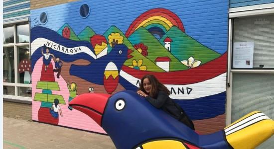 Soraya Moncada Abel pinta murales como parte de su gira por Holanda