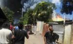 Ante el incendio, pobladores que habitan alrededor de la bodega decidieron abandonar sus casas. LA PRENSA/R. MONCADA