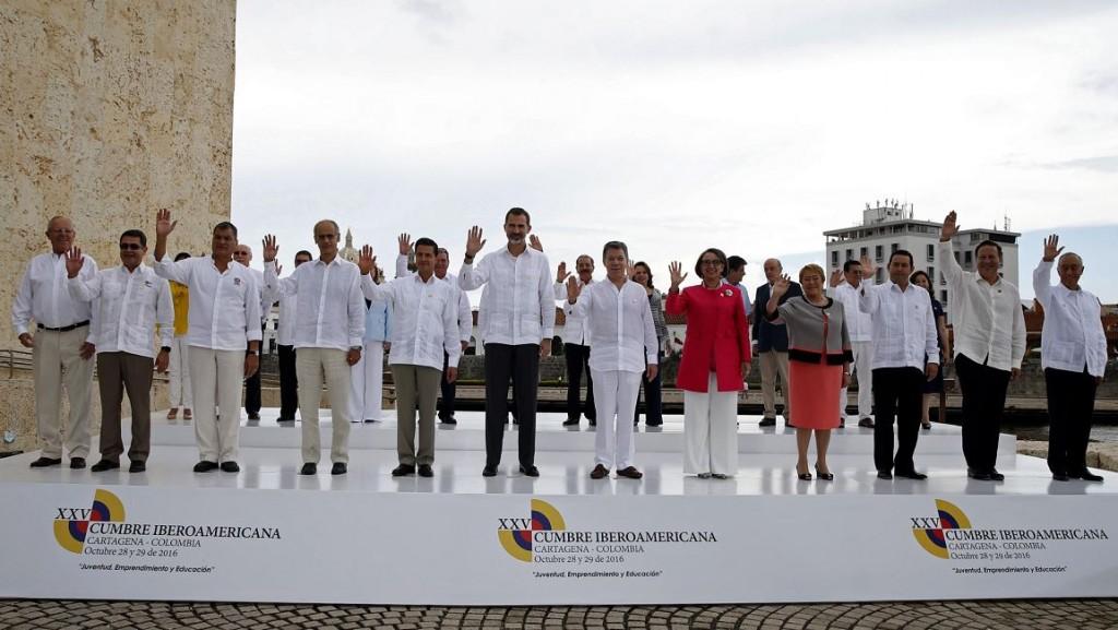 Foto de familia del rey Felipe VI junto a los asistentes a la XXV Cumbre Iberoamericana que se celebra hoy en Cartagena de Indias. LA PRENSA/EFE/J.J. Guillén