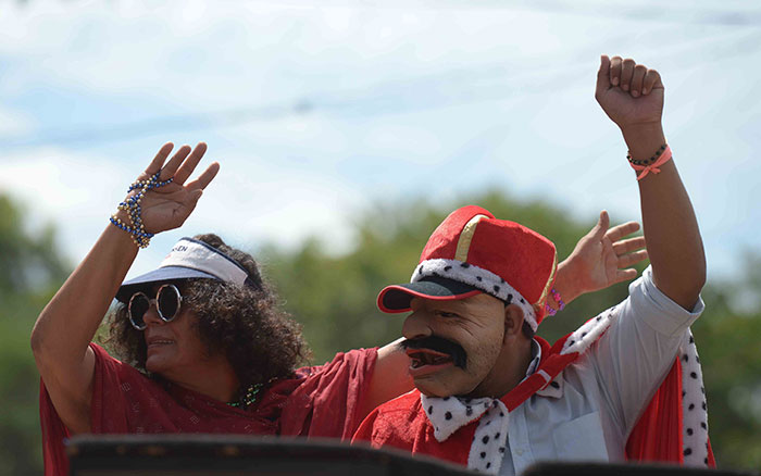 Pobladores de la marcha imitando a Daniel Ortega y Rosario Murillo. LA PRENSA/Jader Flores.