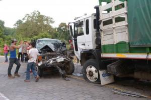 La colisión entre una camioneta y un camión dejó al menos una víctima mortal.