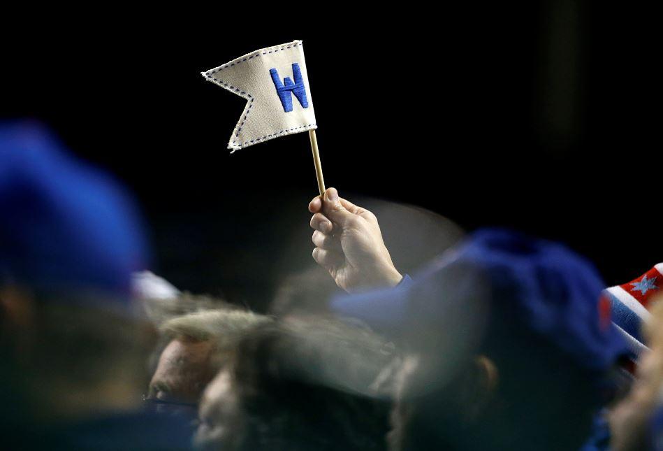 Un aficionado levanta una banderita en apoyo a los Cachorros. LA PRENSA/AP Photo/Nam Y. Huh