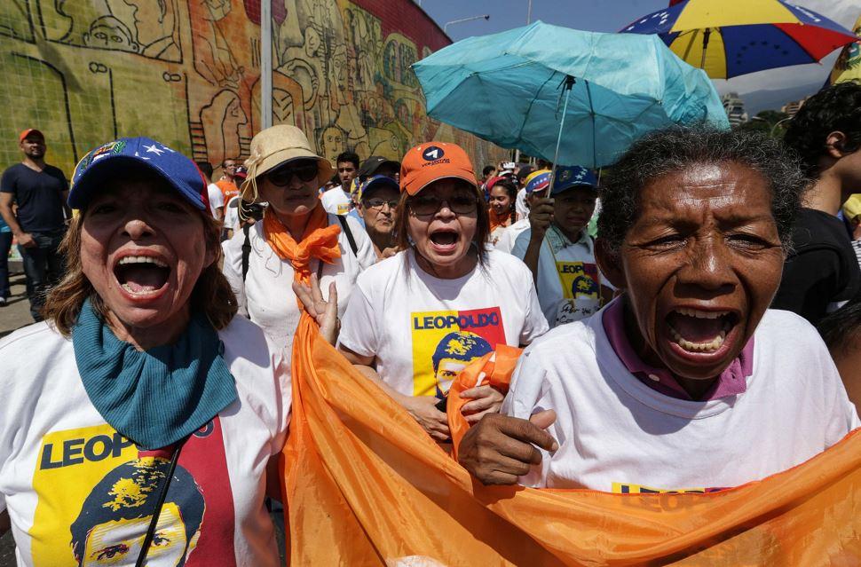 La crisis del país tiene a miles de venezolanos manifestándose en las calles de Caracas contra el gobierno de Maduro. LA PRENSA/EFE/Cristian Hernández