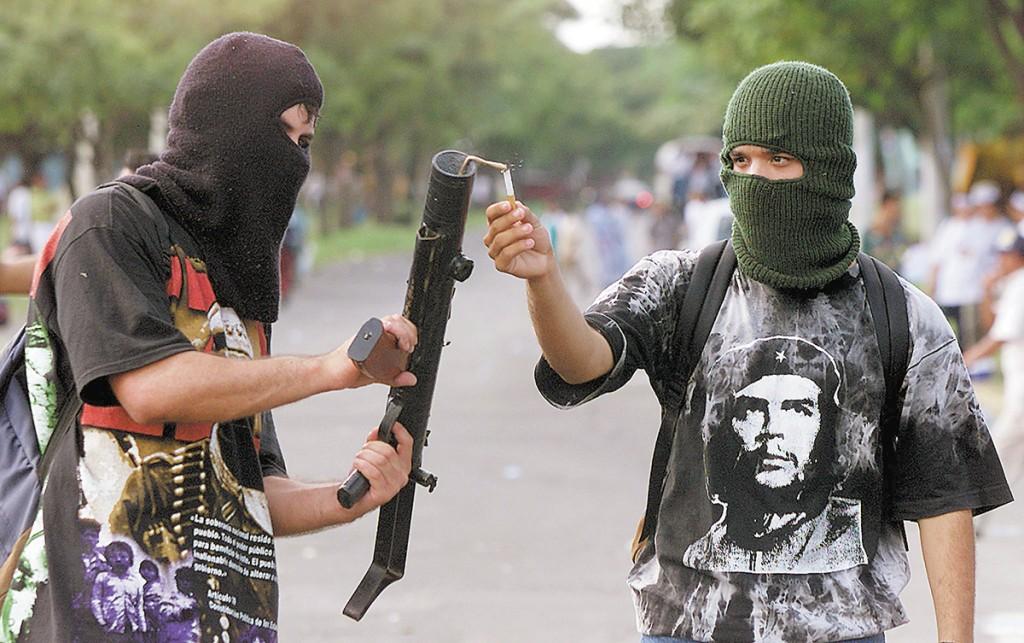 (foto de archivo) Universitarios encapuchados lanzando morteros, nov 22 de 02. LA PRENSA /jv