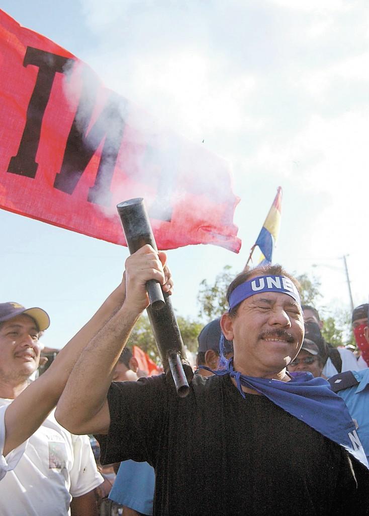 ( Foto de archivo) Daniel Ortega , disparando morteros durante manifestacion, 15 de febrero de 03. LA PRENSA /jv