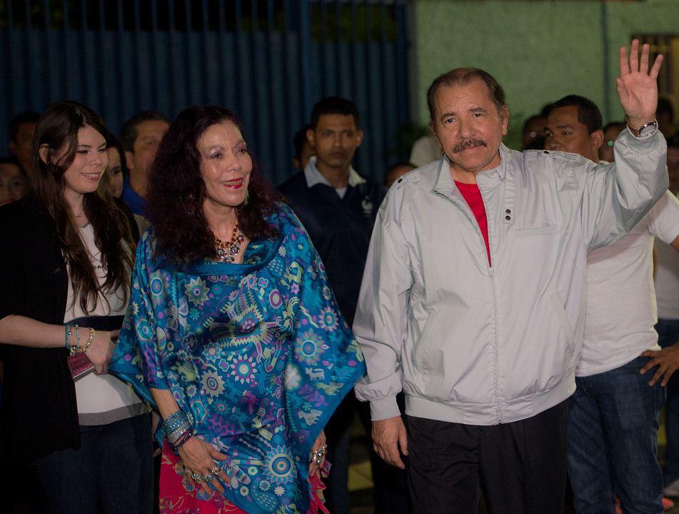 El presidente inconstitucional de Nicaragua y candidato presidencial, Daniel Ortega, junto a su esposa y compañera de fórmula, Rosario Murillo, cuando acudían a votar. LA PRENSA/OSCAR NAVARRETE