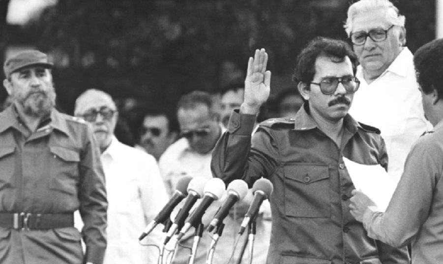 Daniel Ortega (con la banda en la toma de posesión) fue el candidato presidencial del Frente Sandinista en 1984, y ganó con más del 60 por ciento de los votos. Tomás Borge, muy mediático en esa época, también codiciaba el cargo. LA PRENSA/Archivo.