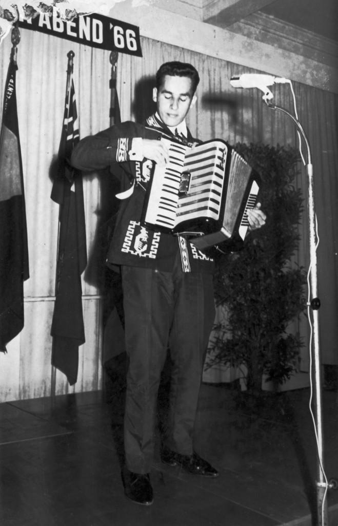 Cuando tocaba el acordeón en sus años de juventud. LAPRENSA/Archivo