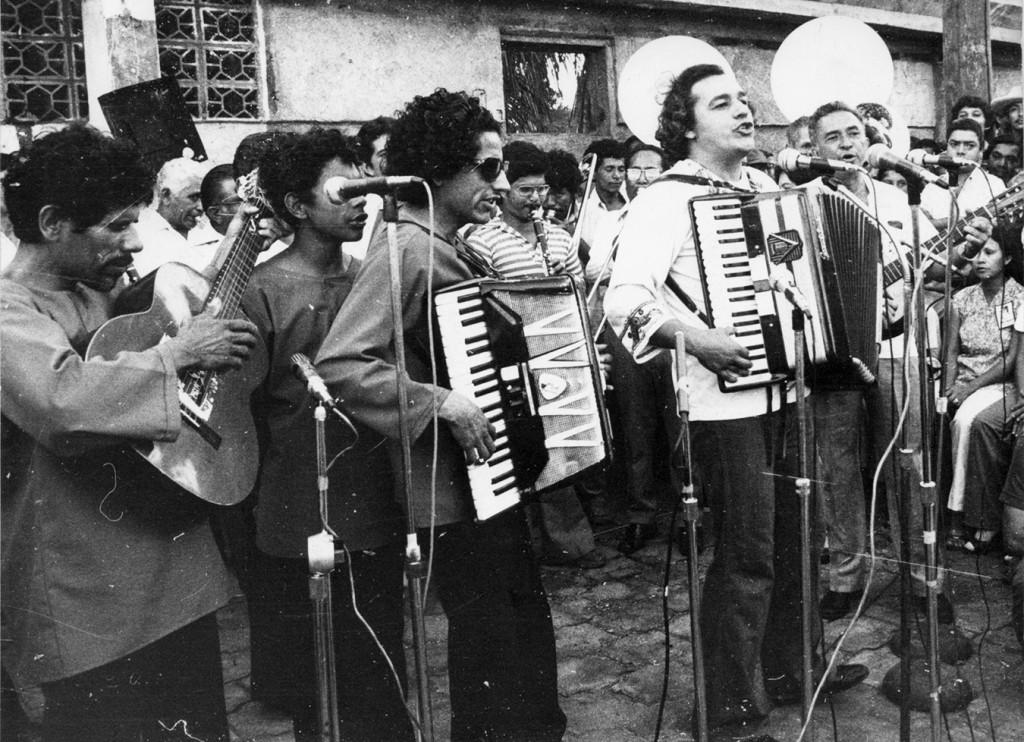 Carlos Mejia Godoy y Los de Palacagüina cantando la misa campesina, durante un acto sandinista, el 12 de enero de 1980. LA PRENSA/Cruz Flores