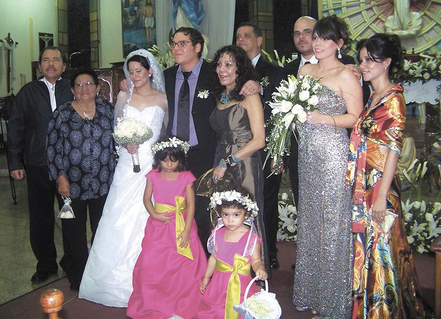 La boda de Maurice Ortega Murillo con Blanca Díaz, hija del comisionado general de la Policía, Francisco Díaz, quien aparece atrás, entre Rosario Murillo y Maurice. LA PRENSA/ ARCHIVO