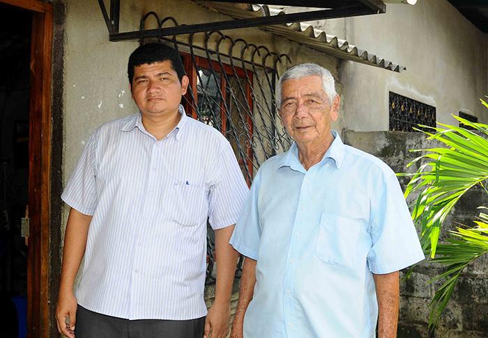 Don Chuno a la par de Denis Blandón, uno de sus cuatros hijos. LA PRENSA/Carlos Valle