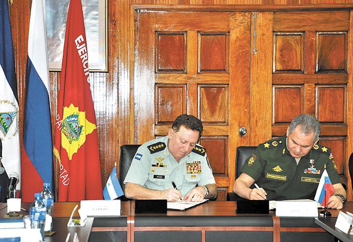 El ministro de Defensa de Rusia, Serguei Shoigu, firma un convenio con el general Julio César Avilés, jefe del Ejército de Nicaragua, en febrero 2015. LAPRENSA/cortesia.