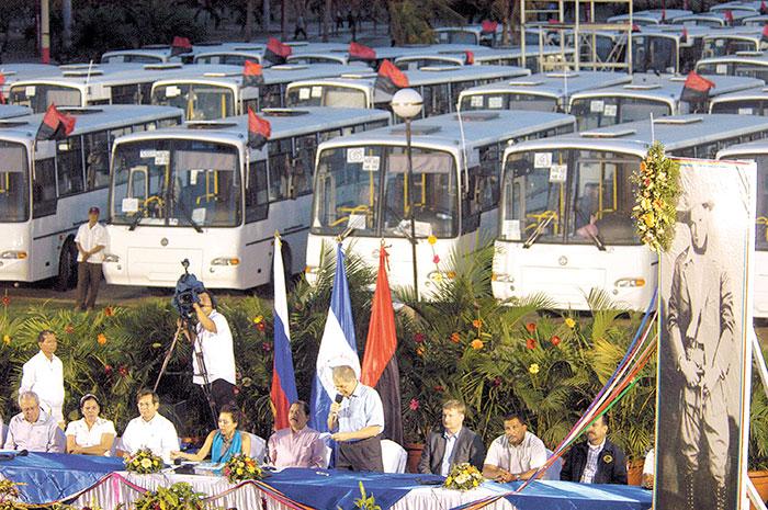 Daniel Ortega en la primera entrega de 130 buses rusos donados, en mayo de 2009. FOTO: LA PRENSA/ARCHIVO.