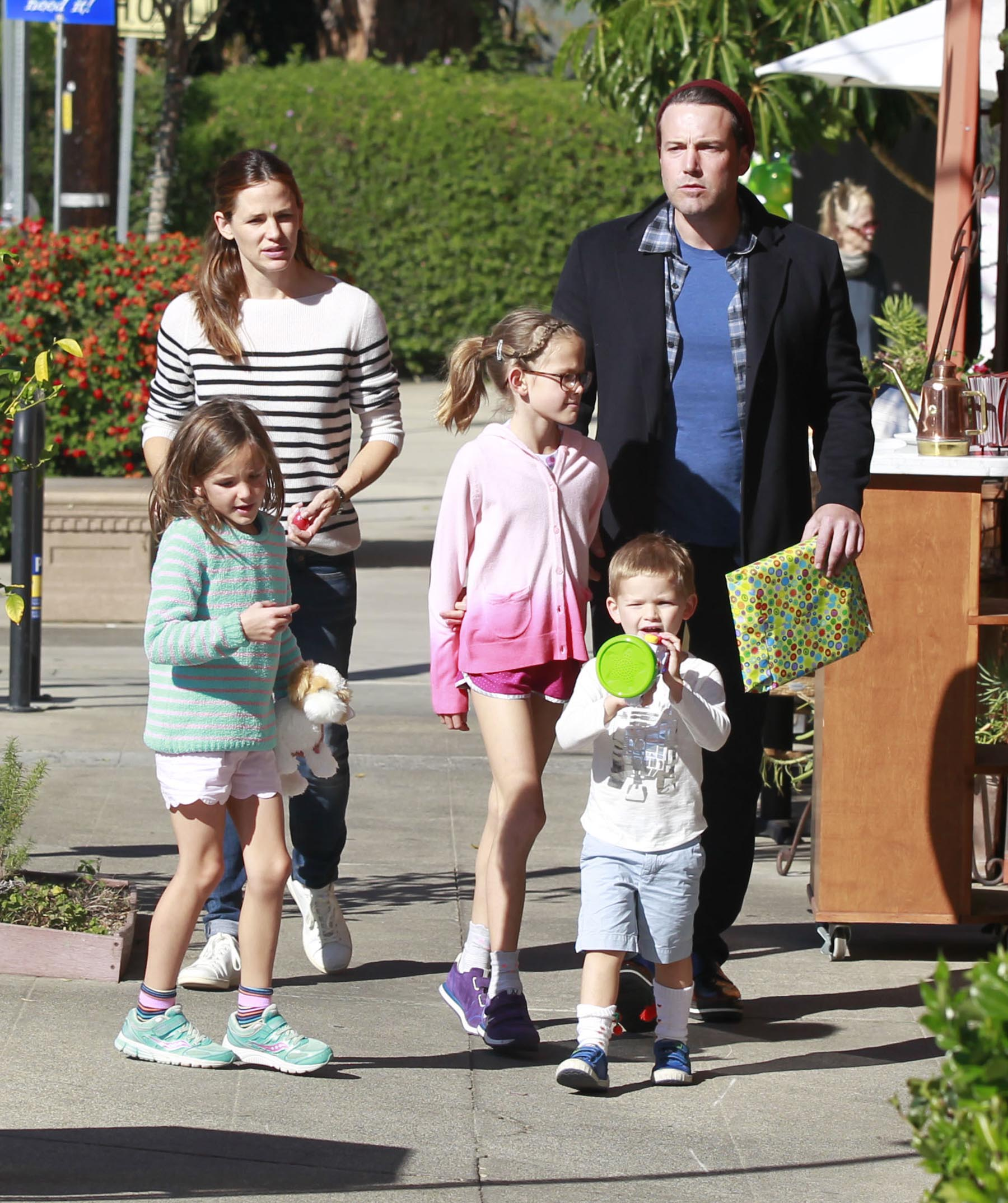 Photo © 2015 Ramey Photo Agency/The Grosby Group Los Angeles, November 14, 2015. Estranged couple Ben Affleck and Jennifer Garner are seen leaving Duff's Cakemix in West Hollywood and a toy store in Brentwood, California with their children Violet, Seraphina, and Samuel on November 14, 2015. Ben is enjoying some family time after filming his new movie 'Live By Night' in Massachusetts & Georgia.