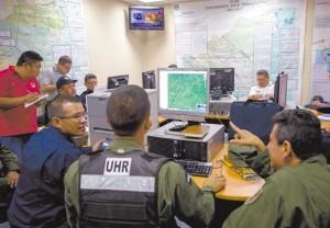 NI4007. MANAGUA (NICARAGUA), 24/11/2016.- Un miembro del EjÈrcito de Nicaragua monitorea la trayectoria del hurac·n Otto hoy, jueves 24 de noviembre de 2016, durante una conferencia de prensa del Centro de Sistema de PrevenciÛn de Desastres (Sinapred), en Managua (Nicaragua). El Gobierno de Nicaragua decretÛ hoy el estado de emergencia en todo el paÌs a causa del hurac·n Otto, de categorÌa 2, y por haber estado bajo alerta de un tsunami tras el terremoto de magnitud 7,2 en la escala de Richter que sacudiÛ este jueves el PacÌfico norte. EFE/Jorge Torres.
