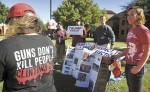 Un pequeño grupo de universitarios  simpatizantes de Donald Trump realizan en Texas un acto de apoyo al entonces candidato presidencial. LA PRENSA/AP