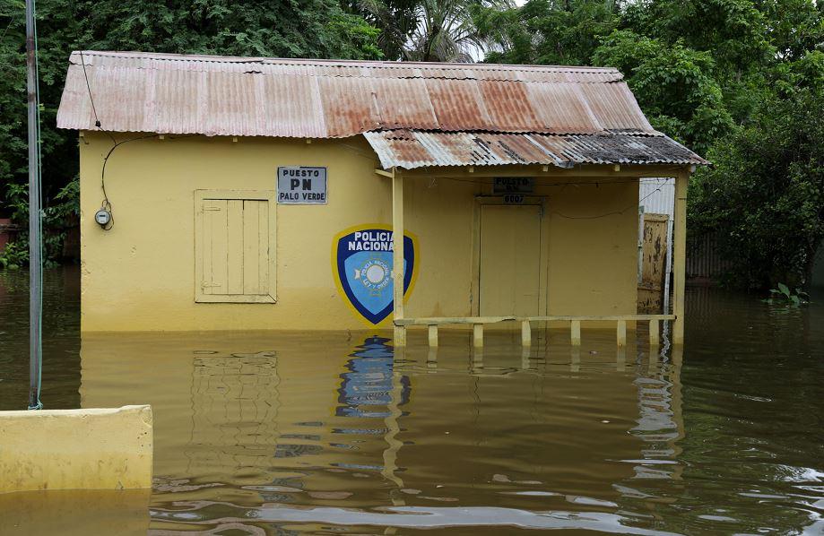 Puesto de policía en una calle inundada en Palo Verde, República Dominicana. LA PRENSA/EFE/José Bueno