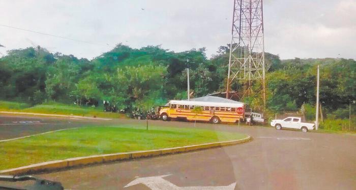 Desde tempranas horas del lunes fue instalado un retén policial en el puente El Zapote, a unos 10 kilómetros de El Tule. LA PRENSA/CORTESÍA