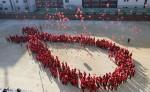 Jóvenes surcoreanos forman el lazo rojo que simboliza el apoyo a la lucha contra el sida y solidarizarse con las víctimas de la enfermedad y los portadores del VIH. LA PRENSA/AP/Lee Jin-man