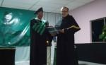 Momento en que Arellano recibe la alta distinción académica. LAPRENSA/ LUIS GUTIÉRREZ