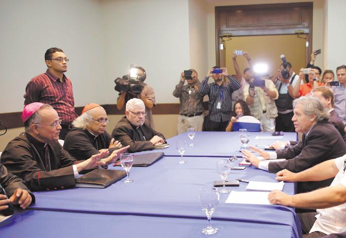 El secretario general de la OEA, Luis Almagro, escuchó los planteamientos de cuatro obispos de la Conferencia Episcopal de Nicaragua. LA PRENSA/EFE/JORGE TORRES