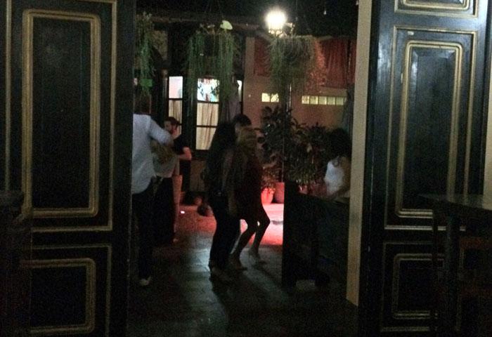 """En el pub irlandés Reilly's, desde tempranas horas los clientes """"transforman"""" el lugar en disco y bailan hasta el cansancio. Foto: LA PRENSA / Fabrice Le Lous."""