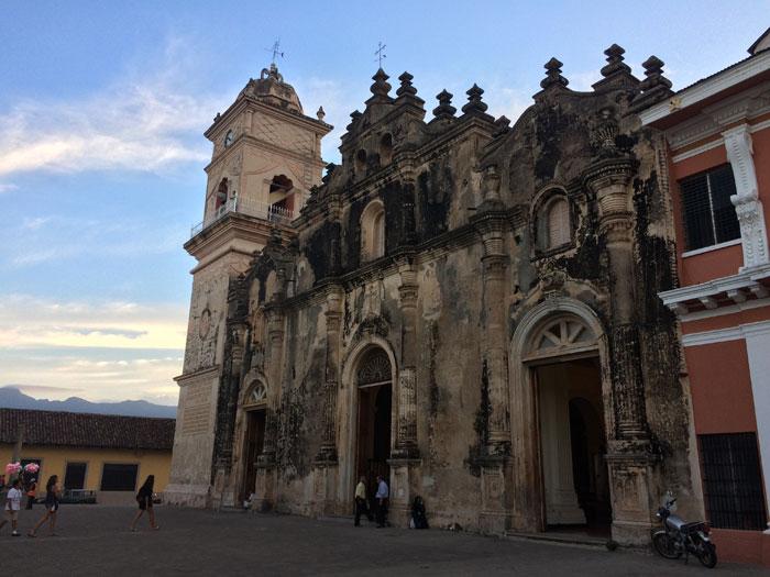 Fachada de la iglesia de La Merced, del siglo XVI, con su campanario. Foto: LA PRENSA / Fabrice Le Lous.