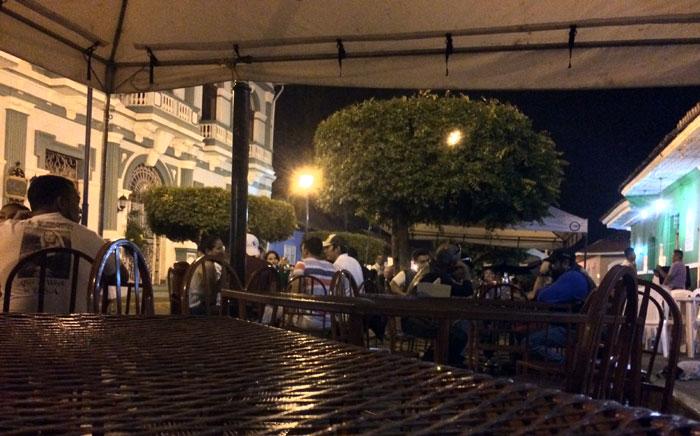La calle La Calzada es el máximo referente de la fiesta, baile y buena comida de Granada. Foto: LA PRENSA / Fabrice Le Lous.