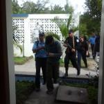 Forenses trabajan en la escena de un crimen en San Salvador. LA PRENSA/AFP
