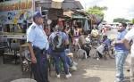 En los puntos por donde se ubican los cambistas de dólares,  en la ciudad de Masaya, también hay presencia de efectivos de la Policía Nacional. LA PRENSA/ NOEL AMILCAR GALLEGOS