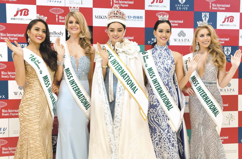 Newly selected 2016 Miss International Kylie Verzosa from Philippines (C) poses with 3rd runner-up Miss Nicaragua Brianny Chamorro (L), 1st runner-up Miss Australia Alexandra Britton (2nd L), 2nd runner-up Miss Indonesia Felicia Hwang (2nd R) and 4th runner-up Miss USA Kaitryana Leinbach (R) during the Miss International beauty pageant final in Tokyo on October 27, 2016. / AFP PHOTO / TOSHIFUMI KITAMURA