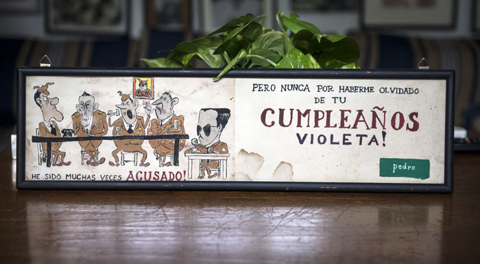 Dibujo de Pedro Joaquín Chamorro para su esposa Violeta Barrios, burlándose del Estado Mayor Somocista y felicitándola a ella. LA PRENSA/Cortesía familia Chamorro.