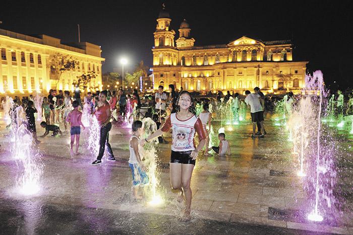 La Fuente Luminosa de la plaza 22 de Agosto, es una de las inversiones en infraestructura que el Gobierno ha desarrollado para rescatar turísticamente el antiguo centro urbano de la capital. LA PRENSA/ARCHIVO