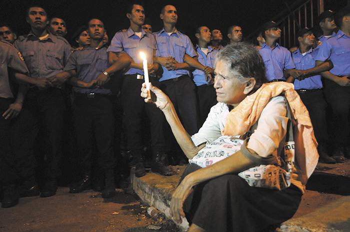 La represión policial contra jubilados y jóvenes que apoyaban la demanda de una pensión reducida en el caso #OcupaINSS evidenció la complicidad policial con los grupos de choque del orteguismo para aplacar las demandas sociales. LA PRENSA/ARCHIVO