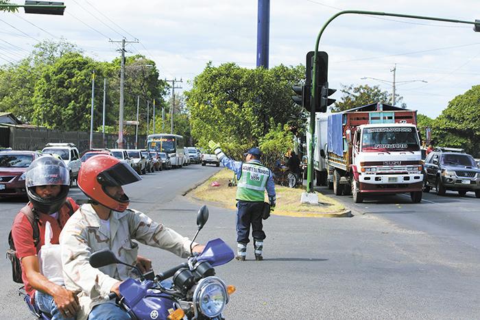 Después del apagón varios semáforos inteligentes en Managua quedaron funcionando con su batería interna, pero al poco tiempo se apagaron. LA PRENSA/U. MOLINA