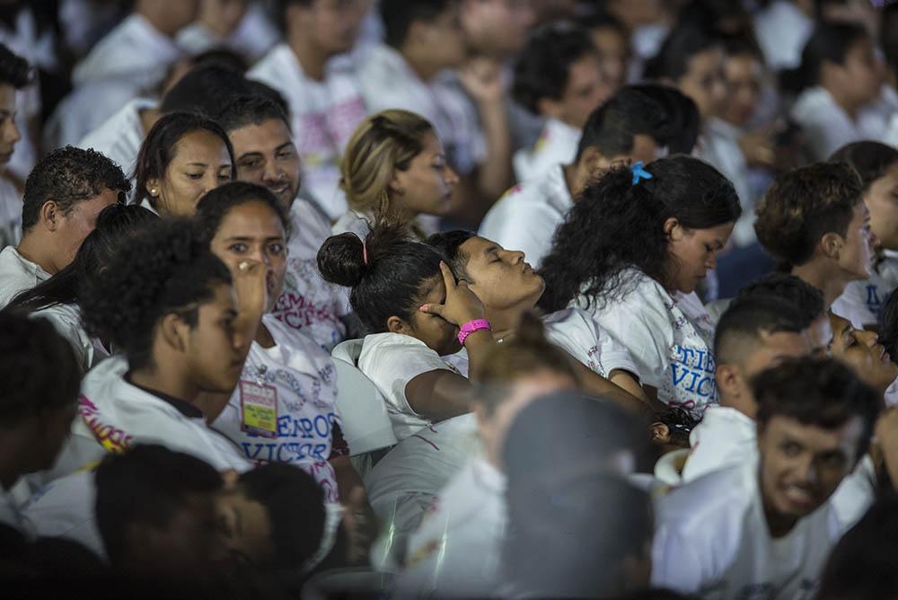 El prolongado discurso de Daniel Ortega terminó cansando a miembros de la Juventud Sandinista, que no dudaron en dormirse. Otros no prestaron atención a las palabras del presidente designado por el CSE. LA PRENSA/M. ESQUIVEL