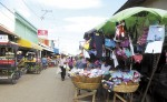 Poco espacio queda para los vehículos en las vías, pues los comerciantes han ocupado parte de las calles para ofrecer sus productos. Para los transeúntes es también difícil, pues no hay espacio para caminar en las aceras. LA PRENSA/E.VILLARREAL