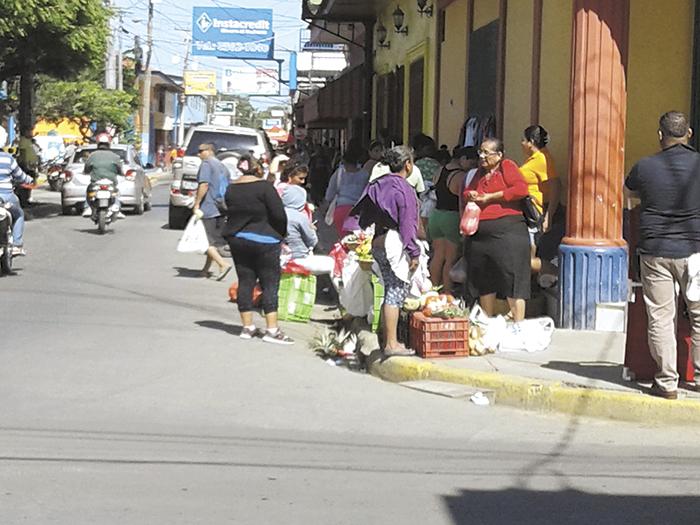 Más de 500 vendedores se ubican en los alrededores del mercado municipal de Rivas, aceras y vías públicas del centro para vender diferentes tipos de productos, afectando la circulación vehicular y de peatones. LA PRENSA / R. VILLARREAL