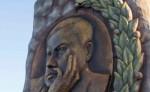 Monumento a Rubén Darío  en la Plaza Xalteva de Granada, donde se muestra la versión corregida pero con nuevos errores. LISSA VILLAGRA/LA PRENSA