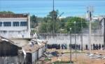 Vista general de autoridades al interior de la prisión de Alcaçuz en la ciudad de Natal, Brasil. EFE